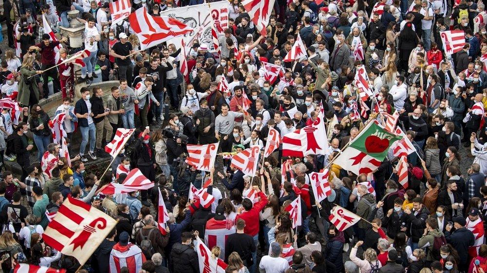 Jurassiennes et Jurassiens en liesse, dont un certain nombre sans masque, à Moutier devant l'Hôtel de Ville, dimanche 28 mars 2021.