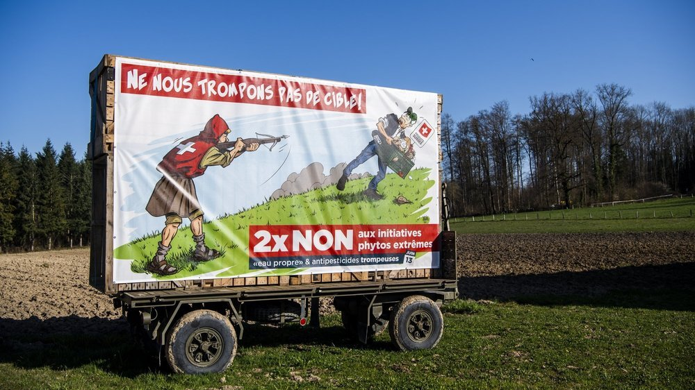 Les affiches et bâches (ici près de Payerne) seront installées dans le canton de Neuchâtel après les élections cantonales.