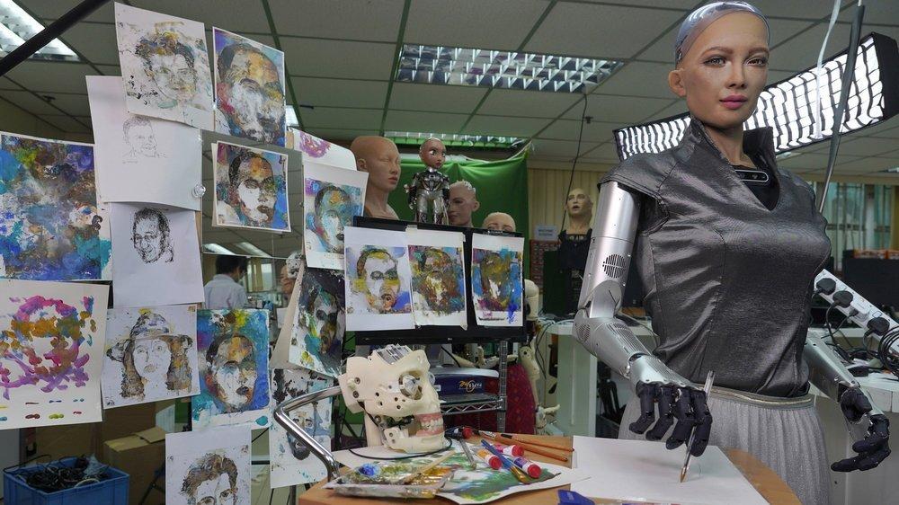 Pendant que les artistes galèrent, des cyber-créateurs font le buzz. Une œuvre entièrement numérique du robot Sophia s'est envolée pour plus de 600 000 dollars, le 29 mars 2021, à Hong Kong.