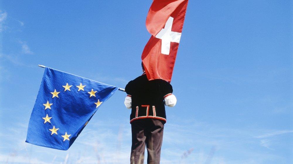 Les opposants pensent que la Suisse s'en sortira mieux, défendra mieux ses intérêts si elle reste éloignée de l'UE que si elle renforce  ses liens avec cette dernière.