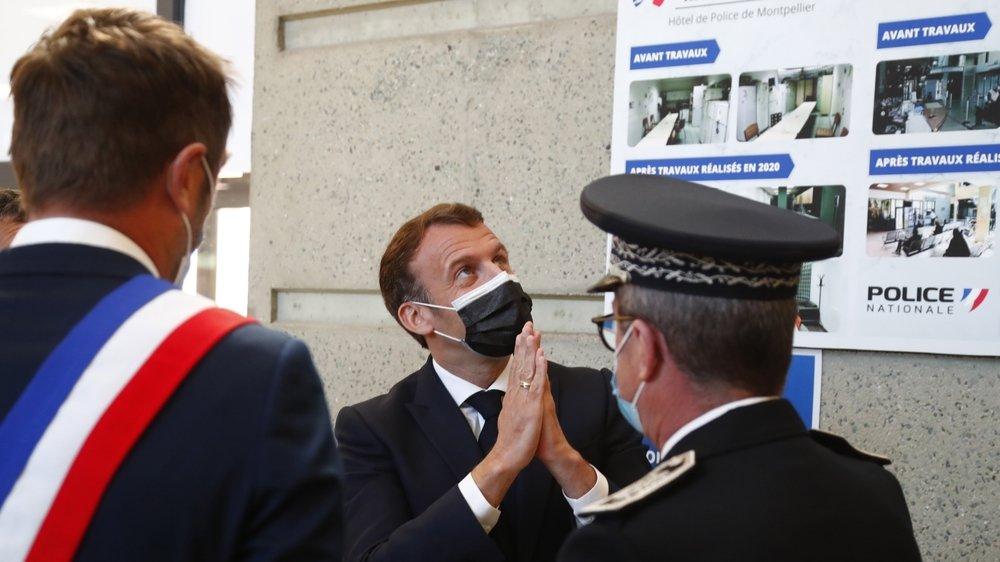 Emmanuel Macron veut la création de 10000 nouveaux postes de policiers d'ici à 2022. On le voit ici lors d'une visite le 19 avril au QG de la police de la ville de Montpellier.
