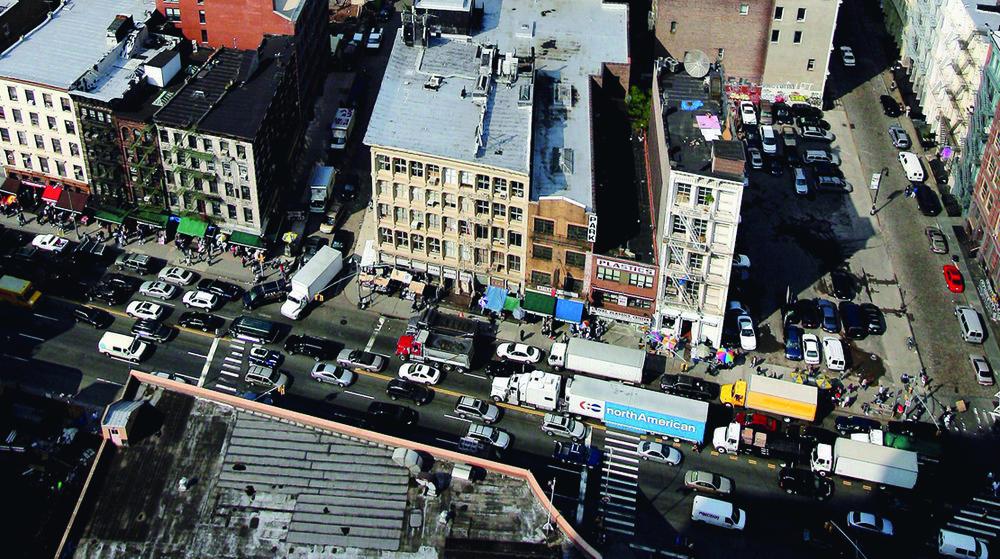 Vue sur Manhattan, au fond, depuis Canal Street. Les rues reprennent vie.