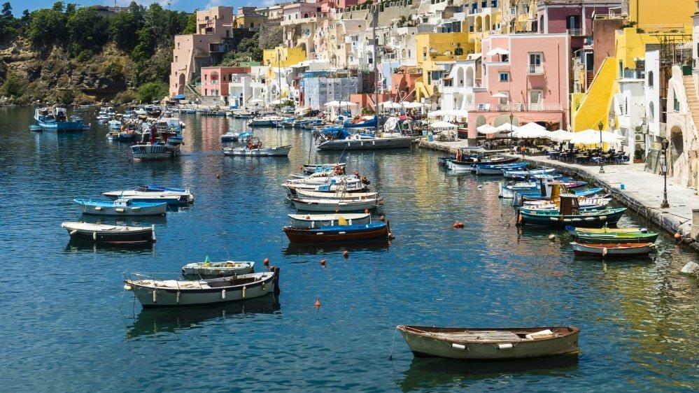 Située dans le golfe de Naples en Campanie, Procida, île grande comme un mouchoir de poche (4 km²)  a réussi à vacciner toute sa population en moins d'une semaine.