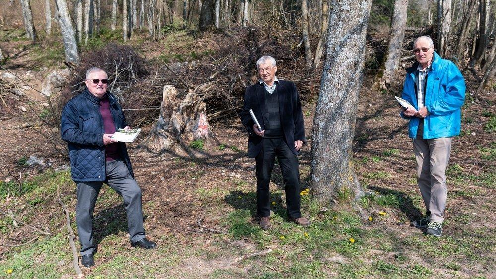 De gauche à droite: Jean Wenger, président de l'association ForêtNeuchâtel, Michel Schlup, rédacteur de la Nouvelle revue neuchâteloise, et Stéphane JeanRichard, coordinateur du projet. Ici, à l'abri forestier de Malvilliers.