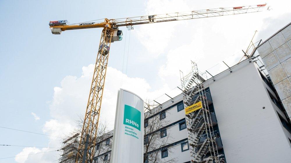 L'hôpital de La Chaux-de-Fonds est en chantier, avec notamment des travaux sur le toit.
