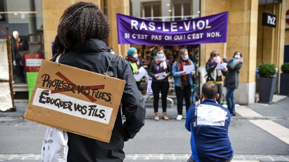 Le collectif neuchâtelois de la grève féministe a mené une action pour sensibiliser les Neuchâteloises et les Neuchâtelois à la notion de consentement.