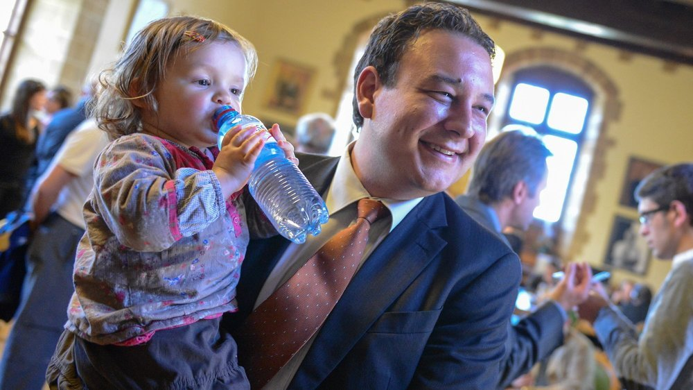 Jean-Nat Karakash et sa fille, lors de son élection au Conseil d'Etat neuchâtelois en 2013.