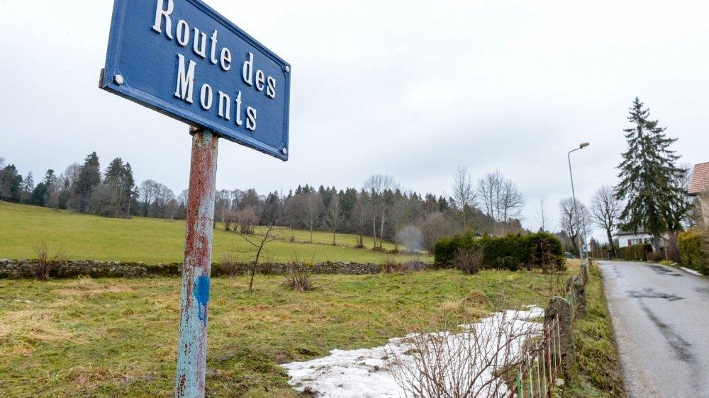 Le macaron réservé aux ayants droit pour circuler sur la route des Monts pourrait devenir payant.