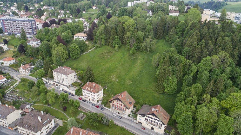 C'est sur cette parcelle pentue de l'Argillat, au Locle, que six villas seront érigées d'ici fin 2022.