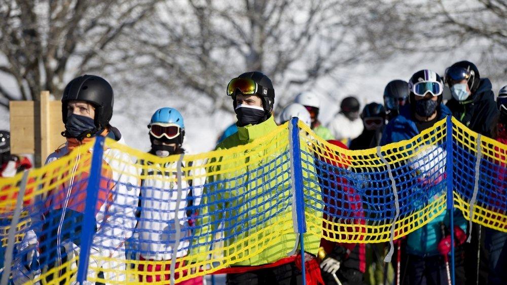 Des skieurs masqués aux Bugnenets-Savagnières, le 24 janvier 2021.