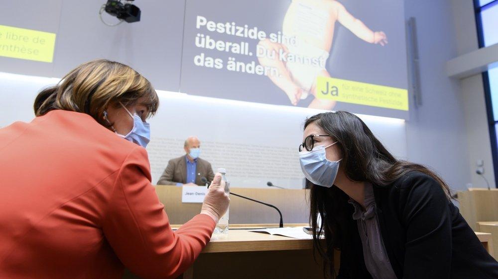 """La Neuchâteloise Céline Vara, avec sa collègue tessinoise Marina Carobbio, lors du lancement de la campagne de l'initiative """"pour une Suisse libre de pesticides de synthèse"""", le 30 mars dernier."""