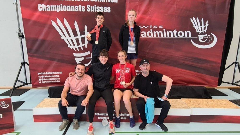 Les membres du BC Neuchâtel ont brillé aux championnats de Suisse juniors. Debout (de g. à d.) Nicolas Briancourt et Sofia Uvarova. Assis (de g. à d.) Victor Viccaro (coach), Eléonore Engel, Lucie Amiguet et Pavel Uvarov (entraîneur).