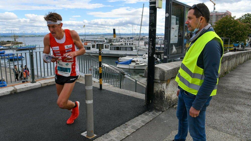Jérôme Attinger, à droite, surveille le passage de Matthias Kyburz, l'un des relayeurs helvétiques, lors du relais sprint des championnats d'Europe de course d'orientation à Neuchâtel.