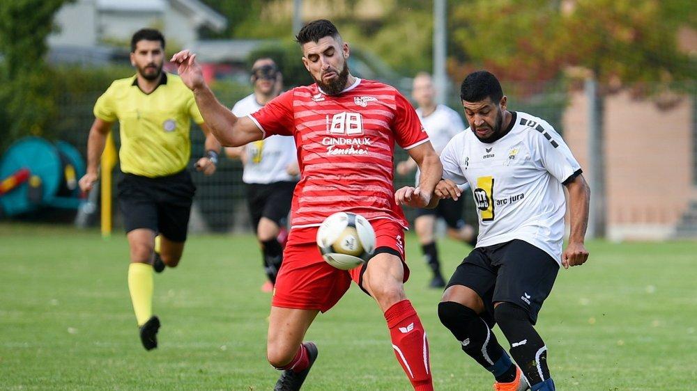 Le foot devrait pouvoir reprendre en juin dans les petites ligues. Ici un match de deuxième ligue neuchâteloise entre Béroche-Gorgier (Samuel Faga) et Fleurier (Djassim Salem), en septembre 2020.
