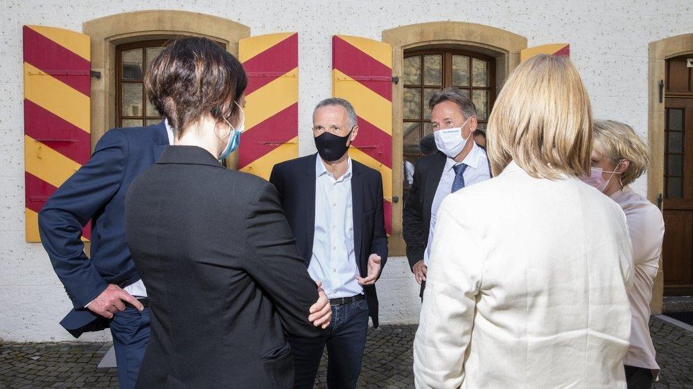 Dimanche après-midi, les conseillers d'Etat élus et la chancelière se regroupaient déjà pour échanger quelques mots dans la cour du château.