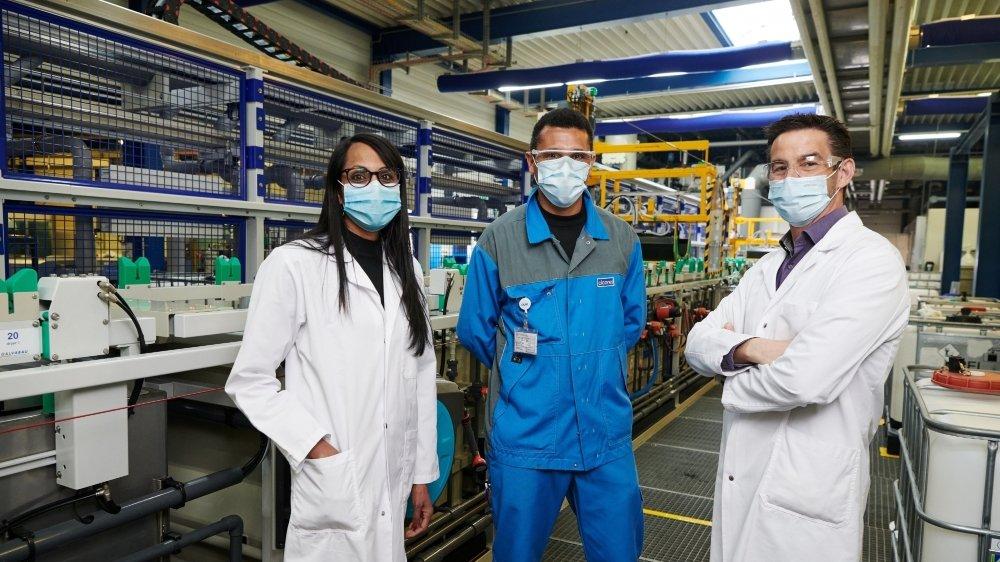 Tsilla Gaille et Benoît Füeg, respectivement RH Manager et CEO de Cicorel, ici avec Majid Salbi, opérateur de production et formé à la galvanoplastie dès août 2021.