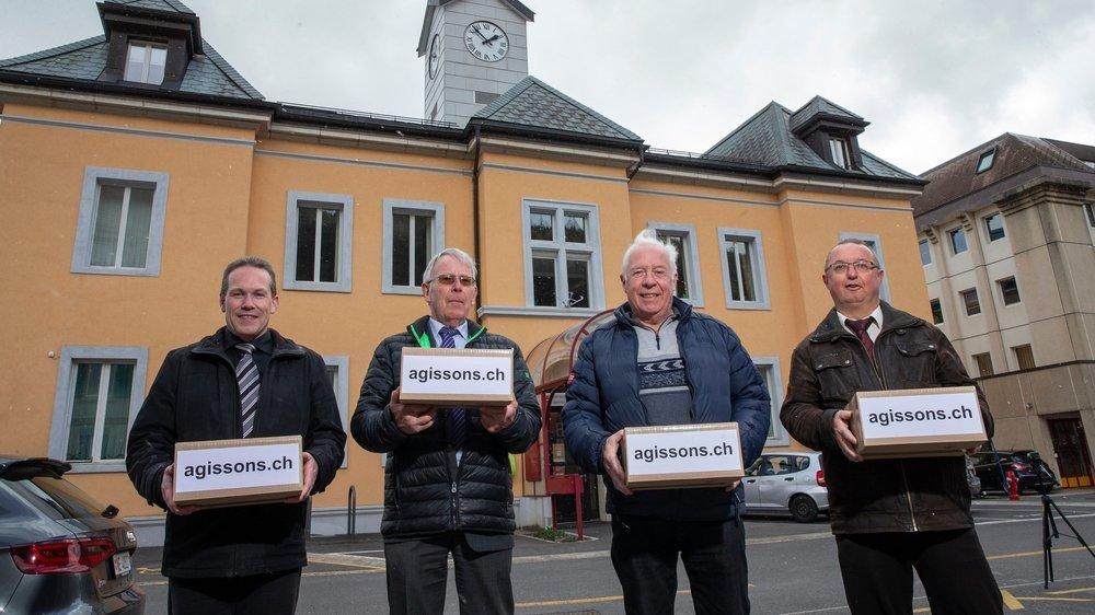 Les membres du comité citoyen référendaire (de g. à d.): Pascal Lienher, Jean Dominique Cornu, Jean-Marc Besancet et Daniel Haldimann, ont apporté les 1700 signatures collectées à Cernier.