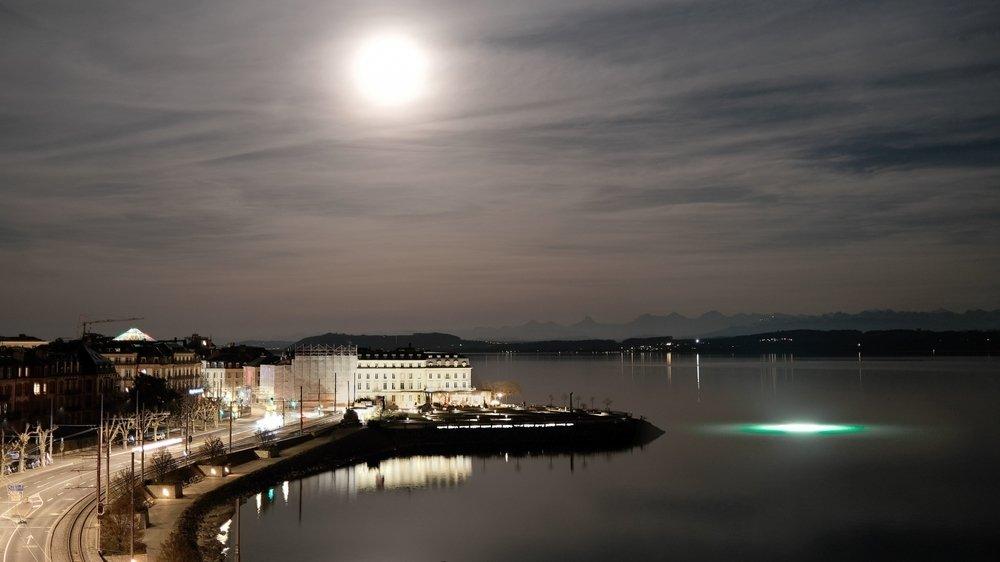 Les lumières au large de la baie de l'Evole.