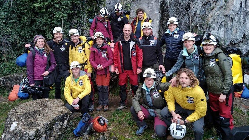 Le groupe de la mission Deep Time avant son entrée dans la grotte. Au centre, avec la veste rouge, le chef du groupe, le Neuchâtelois Christian Clot.