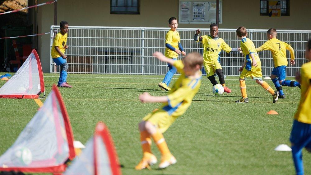 """Les juniors d'Hauterive et de Peseux lors d'une rencontre disputée dans le nouveau format """"Play more football""""."""