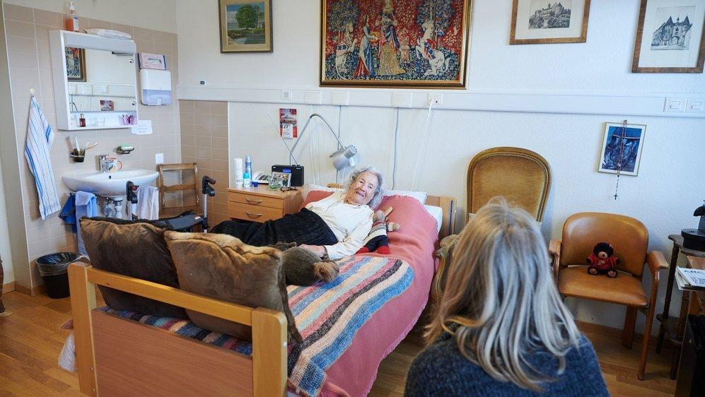 Les résidentes et résidents d'EMS peuvent désormais accueillir leur proche dans leur chambre ou ailleurs dans l'institution.