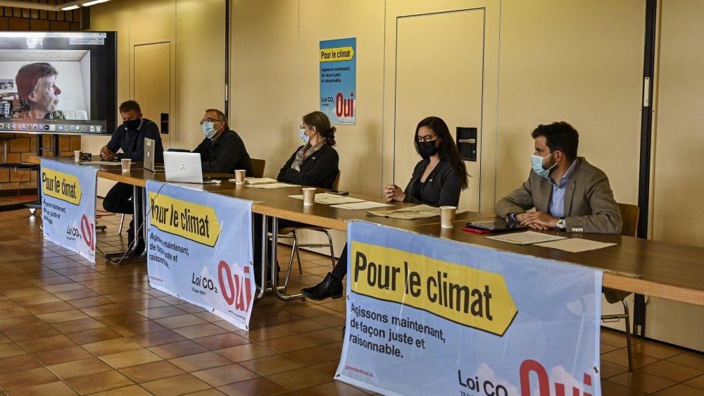 Le comité en faveur de la loi sur le CO2, réuni aux Ponts-de-Martel dans la vallée de la Sagne, le 18 mai 2021. De gauche à droite: Raphaël Domjan, Yvan Matthey, Sarah Pearson Perret, Céline Vara et Damien Cottier.