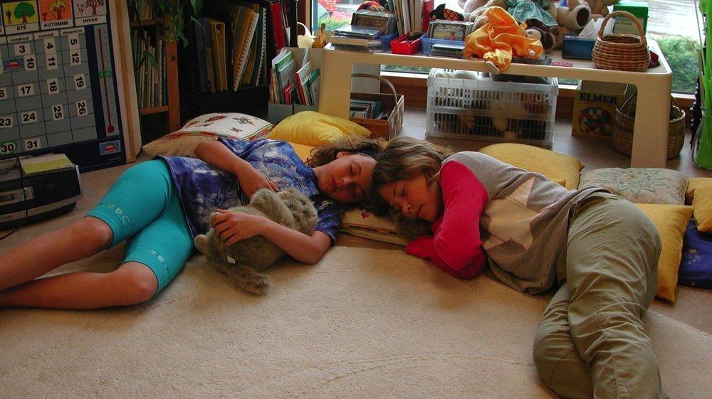 Semaine du sommeil au groupement scolaire d'Aubonne. Sensibilisation à l'endormissement facilité et efficace. A drte, Caroline Chablais, 10 ans, 4 P1, Aubonne. à gche, Gaëlle Nydegger, 10 ans, 4P1, Aubonne.
