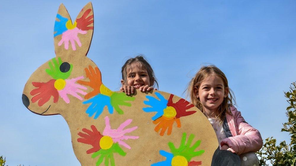 Des lapins à découvrir un peu partout dans le village. Ici l'un des trois réalisé par Aleyna et Alix, 7 ans toutes les deux.