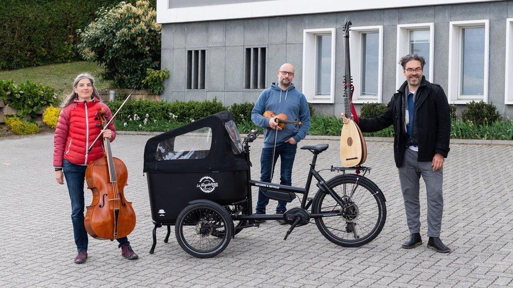 Esther Monnat (violoncelle), Jonathan Nubel (violon) et Juan Sebastian Lima (théorbe) ont trouvé un moyen original pour se déplacer d'un lieu de concert à l'autre.