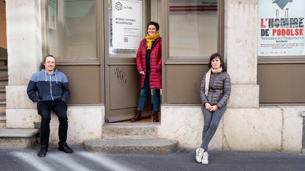 François Chédel, Violaine DuPasquier et Leana Durney, devant le local, à Neuchâtel, où ils accueillent actrices et acteurs culturels qui auraient besoin de conseil dans la gestion de leurs tâches administratives.