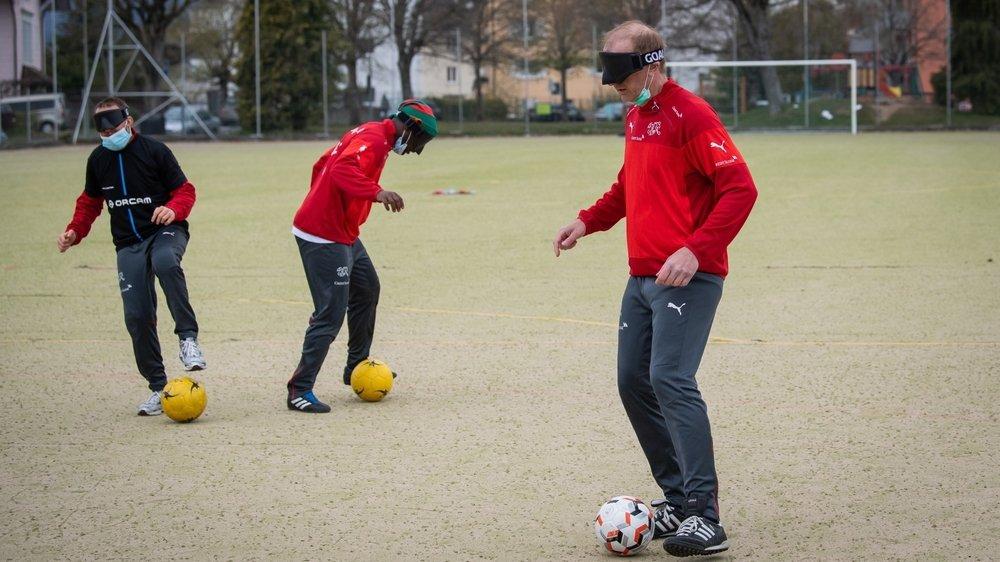 Christophe Rollinet, à droite, est le capitaine de l'unique équipe de cécifoot active en Suisse.