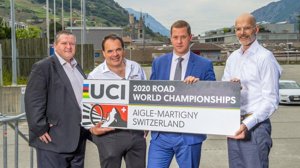 Nicolas Voide, Alexandre Debons, Grégory Devaud, membres du comité d'organisation, et Patrick Hunger, président de Swiss Cycling, attendent une éventuelle défection.
