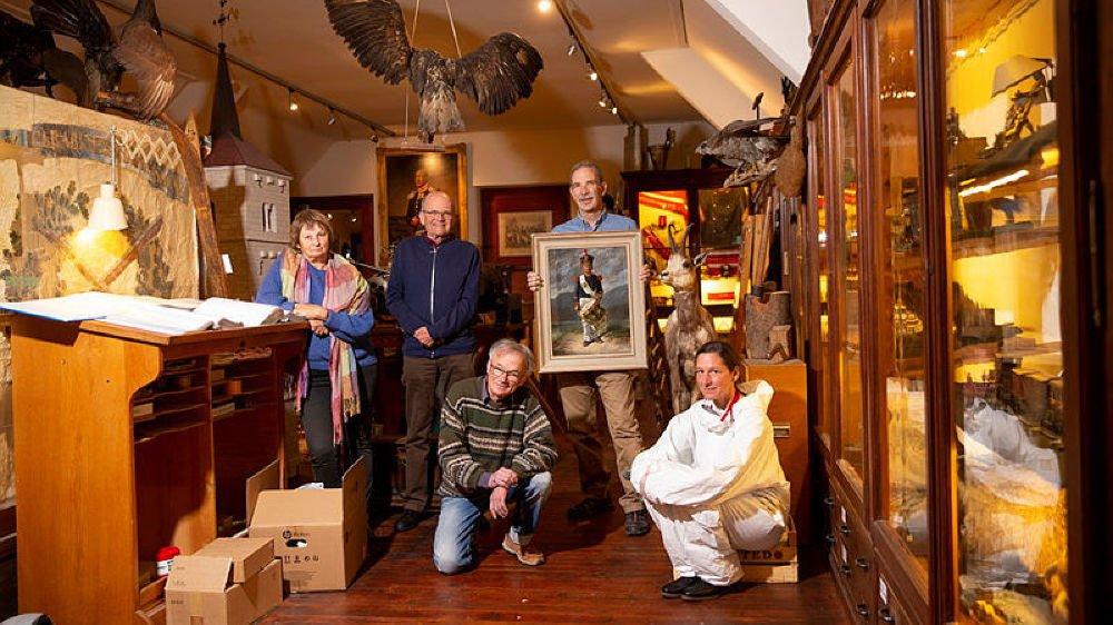 Les cinq bénévoles qui s'activent au Musée régional de La Sagne. De gauche à droite: Dominique Oreiller, Laurent Huguenin, Gervais Oreiller, Laurent Donner et Rachel Vullierens. Photo: Muriel Antille