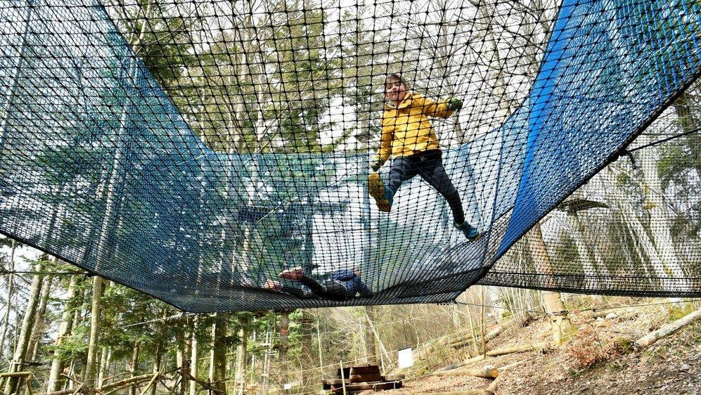 Les plus courageux se sont déjà élancés sur le trampoline.