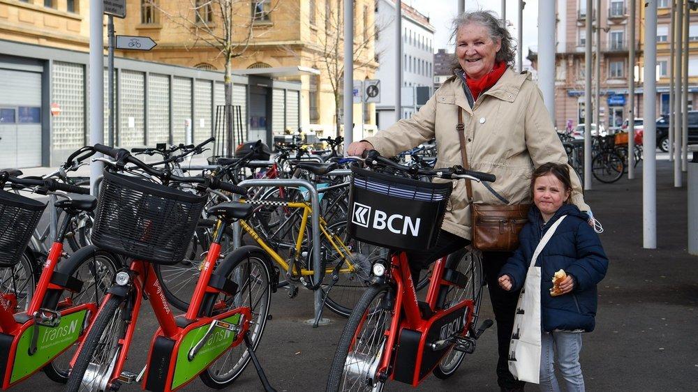 Marylise Ballarin-Devins, ici en compagnie de sa petite-fille, est la lauréate du concours de slogans organisé par la Ville pour la promotion des vélos en libre-service.