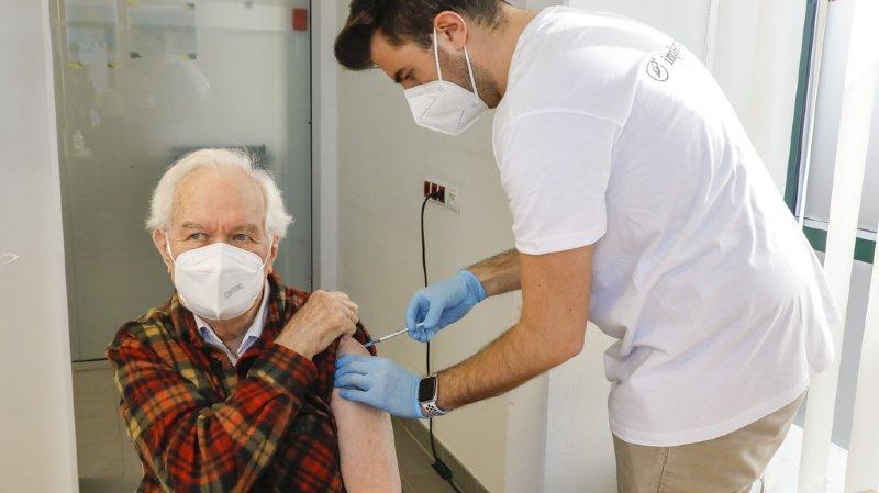 """Coronavirus: une troisième dose du vaccin Pfizer """"probablement"""" nécessaire"""