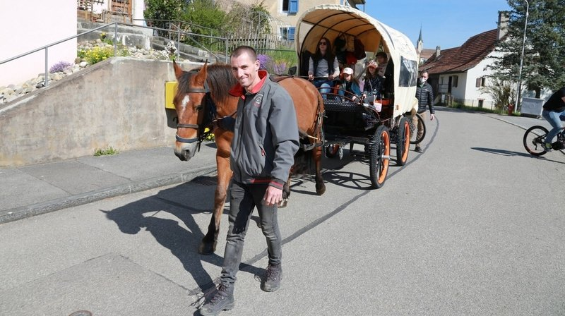 Jura et Jura bernois: le périple écolo de la famille Cavadini, avec leur cheval et leur roulotte