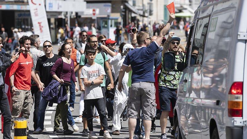 Coronavirus: à Aarau, quelques centaines de manifestants ont défilé pour dénoncer les mesures