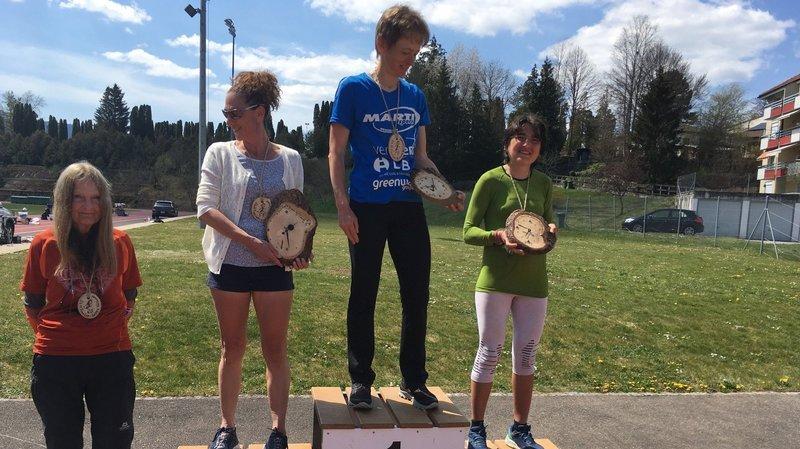 Julia Fatton au centre du podium, entra la troisième dame, Emilia Rais, et la deuxième, Claire Bannwart.
