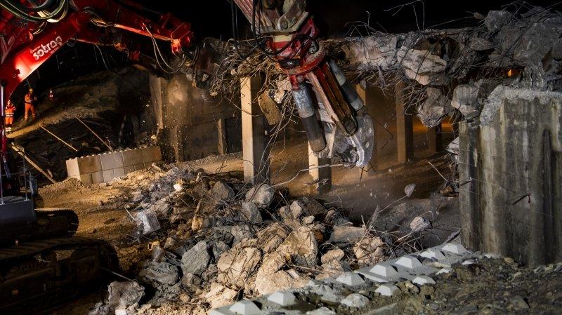 Des ouvriers démolissent le demi-pont de la jonction de Chexbres à l'occasion des travaux du tronçon autoroutier Vennes-Chexbres sur l'autoroute A9.
