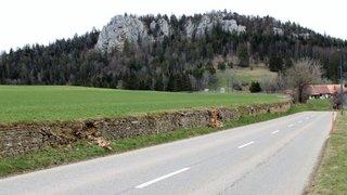Tronçon de mur en pierres sèches bientôt restauré entre Saint-Brais et Le Chésal