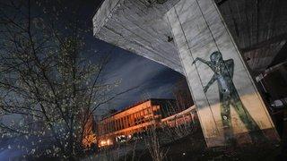 Commémoration de Tchernobyl, Macron dans une école, nage paralympique à Tokyo: la galerie du 26 avril