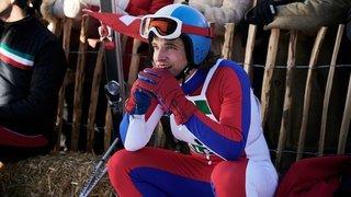 Le comédien neuchâtelois Raphaël Tschudi incarne une légende du ski suisse