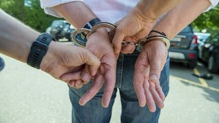 Neuchâtel: la justice relaxe les deux policiers et condamne le plaignant