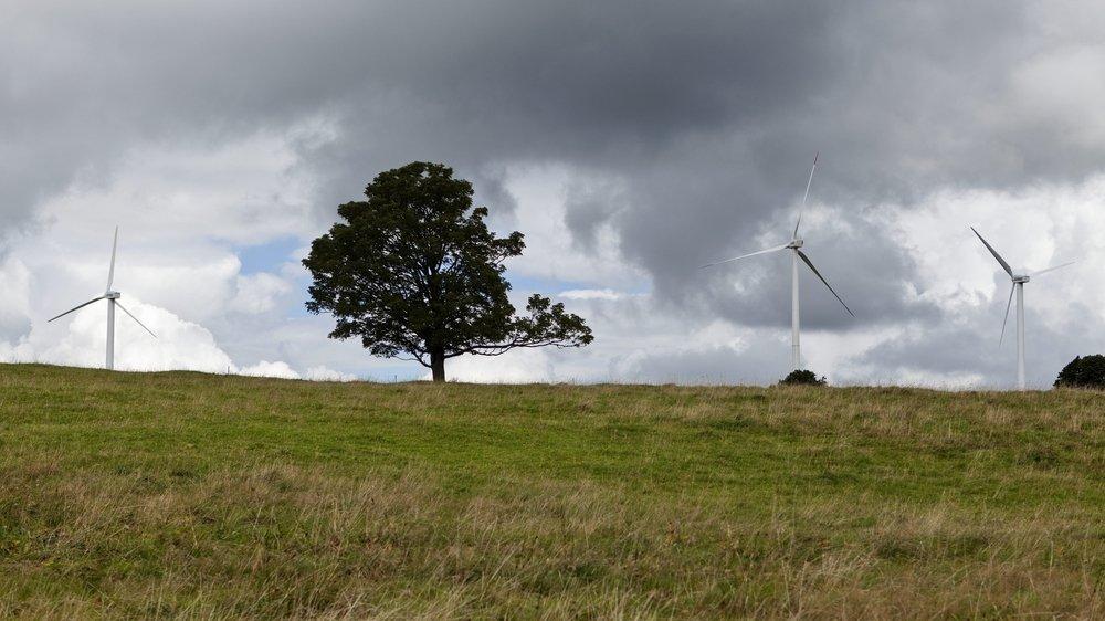 Les éoliennes du Mont-Crosin, au-dessus de Saint-Imier, donnent - en partie - une image de ce qui est prévu au Crêt-Meuron.