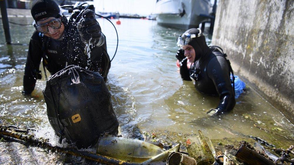 Les pompiers-plongeurs et l'association Purlac ont nettoyé le port de Neuchâtel ce jeudi.