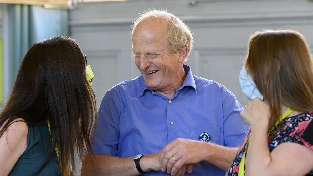 Le vigneron-encaveur Jean-Denis Perrochet, entouré la conseillère aux Etats Céline Vara (à gauche) et de la conseillère nationale vaudoise Valentine Python.