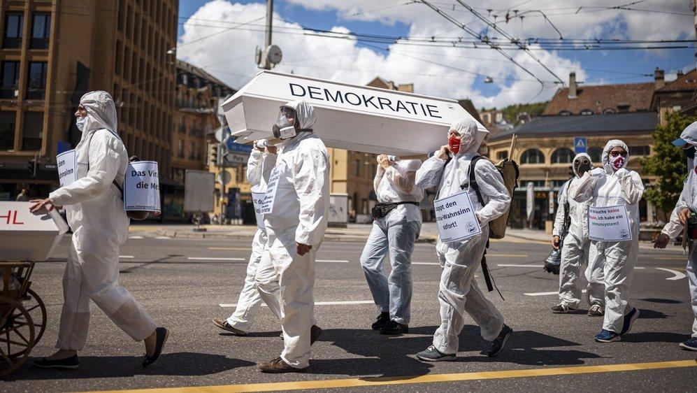 Pour les opposants à la loi Covid, celle-ci enterre la démocratie.