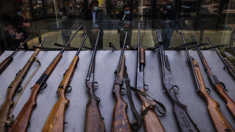 Une exposition d'armes à feu utilisées par des terroristes, montrée lors d'un voyage organisé par le gouvernement chinois pour les journalistes étrangers à Urumqi, région du Xinjiang, le 21 avril 2021.