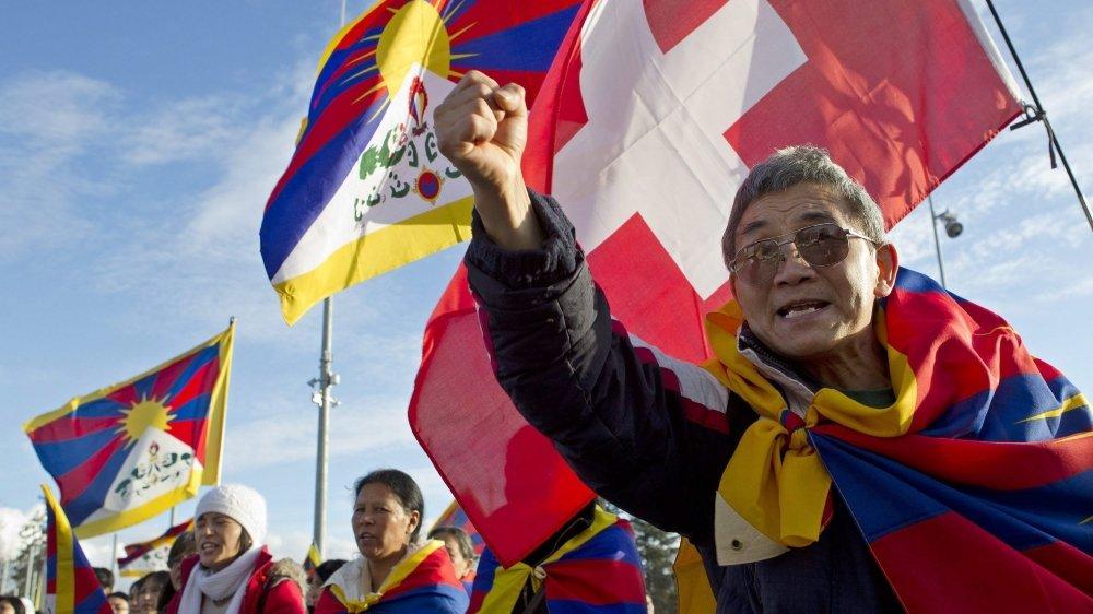 Les milieux favorables à la population himalayenne dénoncent un tour de vis à l'encontre de la population tibétaine immigrée, coïncidant avec l'accord de libre-échange Suisse-Chine de 2014, en raison des intérêts économiques.